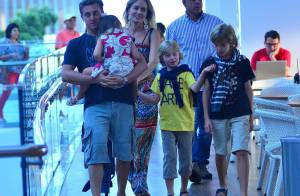 Angélica e Luciano Huck levam os filhos Joaquim, Benício e Eva ao cinema no Rio