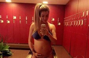 Grávida de 8 meses, ex-BBB Aline Gotschalg grava bebê mexendo na barriga. Vídeo!
