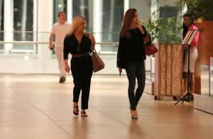 Marina Ruy Barbosa usa look despojado para jantar com a mãe em shopping carioca