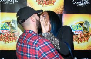 Ludmilla cobre o rosto ao beijar o produtor americano Xerxes Frechiani. Fotos!