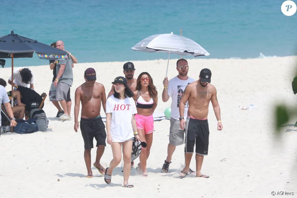 3770bd73001fd Sabrina Sato exibe silhueta em forma durante ensaio na praia da Barra nesta  quinta-feira