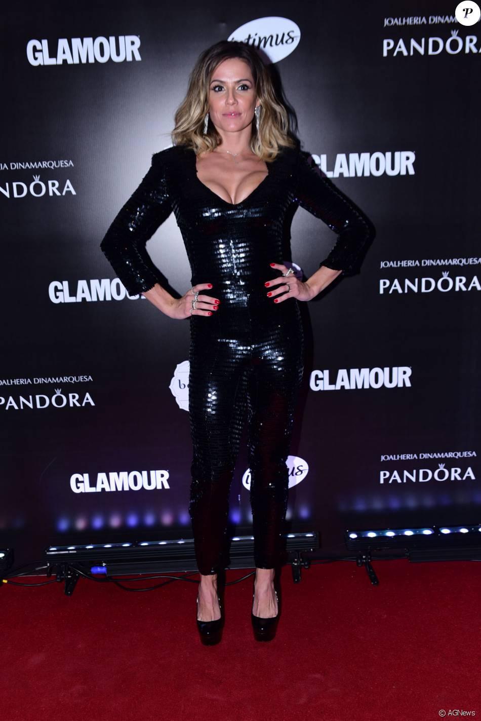 4a4d4ddbb Deborah Secco escolheu um macacão justinho que evidenciou o busto no prêmio  'Geração Glamour'