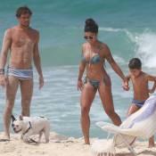 Aline Riscado se diverte com filho e o namorado, Felipe Roque, em praia do Rio