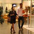 Priscila passeia com o marido durante a gravidez
