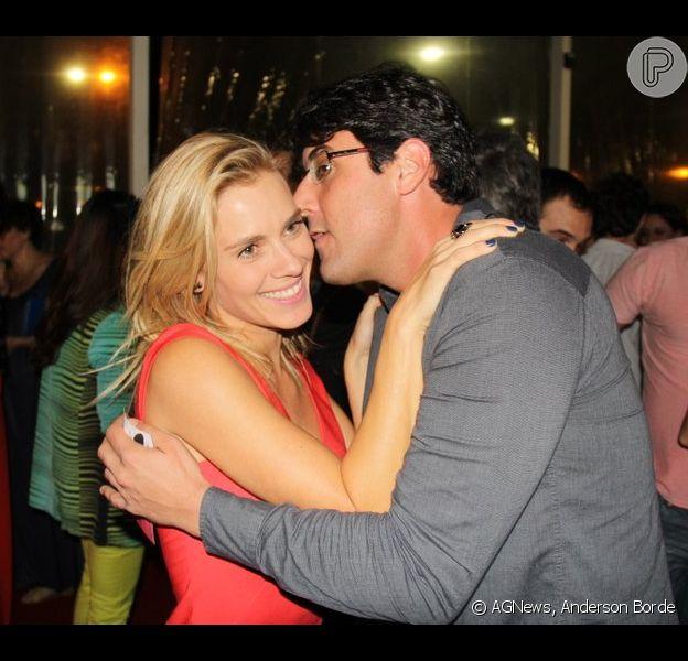 Carolina Dieckmann recebe carinho de Bruno de Luca no Festival do Rio em 3 de setembro de 2013