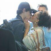 Felipe Dylon e Aparecida Petrowky trocam beijos apaixonados em aeroporto