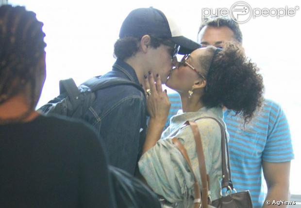 Felipe Dylon e Aparecida trocam beijos em aeroporto do Rio (Foto: Leotty Junior)