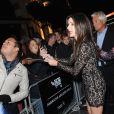 Sandra Bullock atende fãs em première de seu novo filme, 'Gravidade'