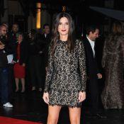 Sandra Bullock exibe belas pernas na première de seu novo filme, em Londres