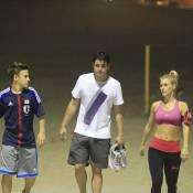 Carolina Dieckmann se exercita na praia com o filho e o amigo Bruno de Luca