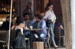 Grávida, Alinne Moraes almoça com namorado e encontra ex ao deixar restaurante