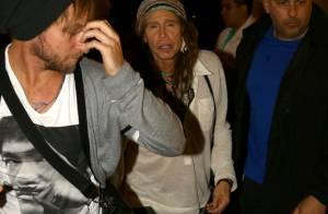 Steven Tyler, de unhas pintadas, vai à pré-estreia de seu filme no Rio