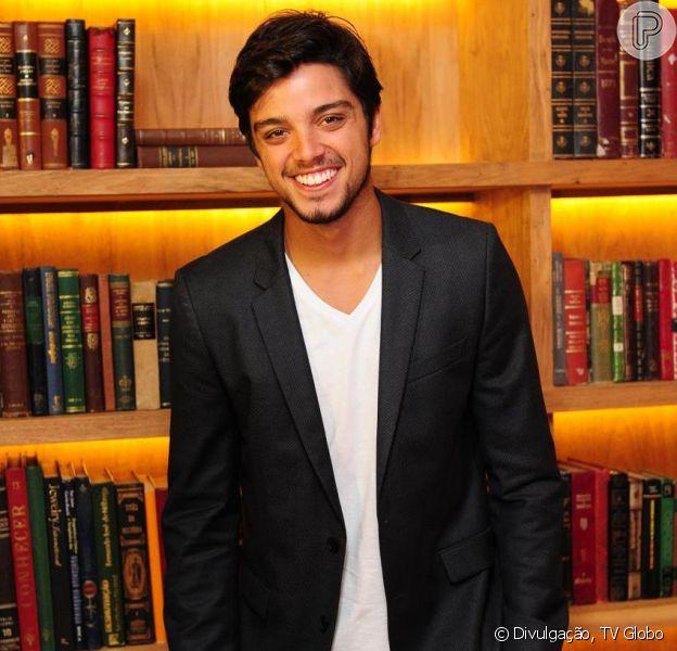 Rodrigo Simas comemora o fato de ser tio pela primeira vez, em conversa com Purepeople (19 de outubro de 2013)