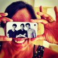 Ana Sang exibe orgulhosa a capinha de seu celular com a foto dos filhos: Felipe, Bruno e Rodrigo