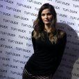 Isabelli Fontana desfila pela marca Tufi Duek e posa para fotos antes de entrar na passarela