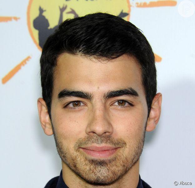 Joe Jonas está chateado com rumores de que é usuário de drogas e que este seria um dos motivos do término do Jonas Brothers: 'Isso é ridículo! Nós não estamos dizendo nada por duas ou três semanas e eu sou um viciado em drogas'