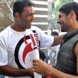 Nos bastidores, Dudu Azevedo em 'Fina Estampa' recebendo o lutador Minotauro (Rodrigo Nogueira), em 2012