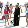 Bárbara Paz caminha na orla carioca com look preto