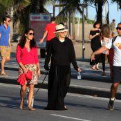 Em dia de sol, Bárbara Paz escolhe look todo preto para passear na praia