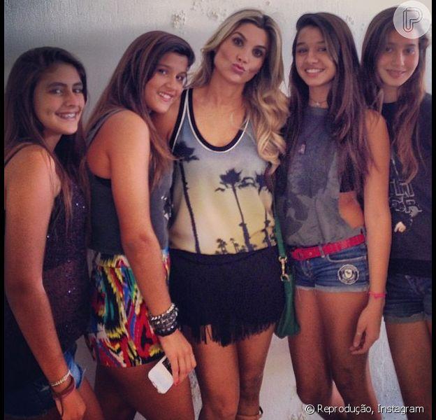 Flávia Alessandra curte show de Justin Bieber com a filha Giulia, de 13 anos e as amigas da adolescente, no Rio de Janeiro, em 3 de novembro de 2013