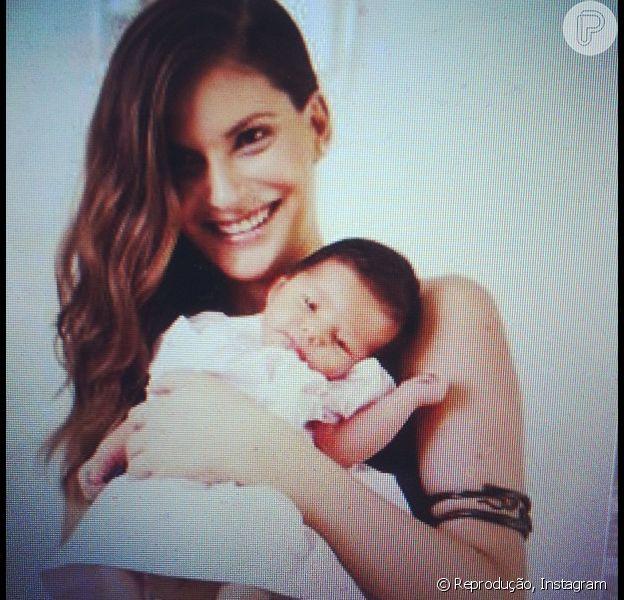 Carol Francischini mostra sua Valentina ao mundo em seu Instagram, nesta quarta-feira, 26 de dezembro de 2012