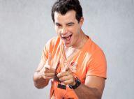 'Amor à Vida': Carlito se torna cantor no bar dos médicos e consegue empresário