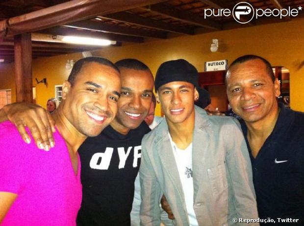 Neymar está negociando a compra de parte dos direitos do grupo Só Pra Contrariar (05 de novembro de 2013)