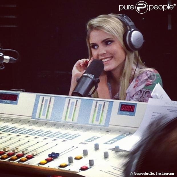 Bárbara Evans contou como está a vida pós 'A Fazenda' no programa 'Pânico' da Jovem Pan FM