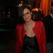 Isabelle Drummond exibe look despojado, com óculos de grau, no Fashion Rio