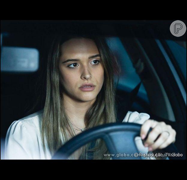 Juliana Paiva não sabe dirigir e acaba atrapalhando as gravações de 'Além do Horizonte'