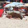 Glenda Kozlowski é flagrada na praia de Ipanema, no Rio de Janeiro