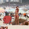 Glenda Kozlowski mostra boa forma na praia
