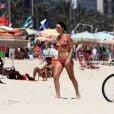 Glenda Kozlowski caminha na areia da praia de Ipanema