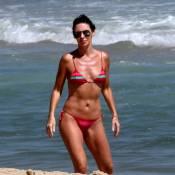 Glenda Kozlowski usa biquíni de lacinho e mergulha no mar do Rio de Janeiro