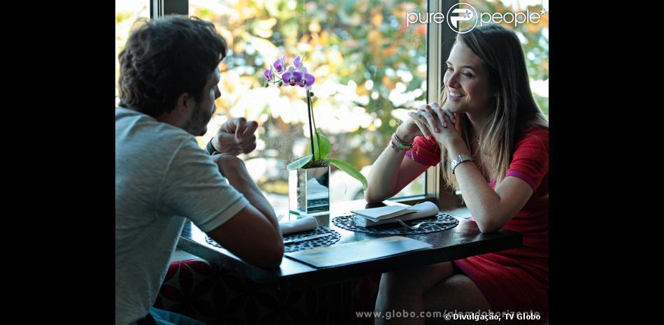 William (Thiago Rodrigues) encontra Lili (Juliana Paiva) na reunião do grupo e diz que não a conhece, em 'Além do Horizonte', em 19 de novembro de 2013