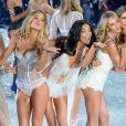 Modelos brincam com os fotógrafos no  Victoria's Secret Fashion Show