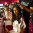 Adriana Lima nos bastidores do  Victoria's Secret Fashion Show