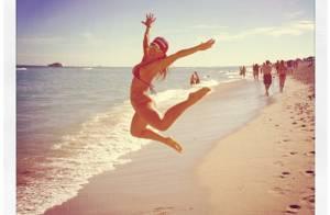 Sabrina Sato, de biquíni, dá salto em areia de praia de Miami, nos EUA