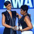 Monica Fenty, mãe de Rihanna, entrega o troféu Icon Award para a filha no American Music Awards 2013