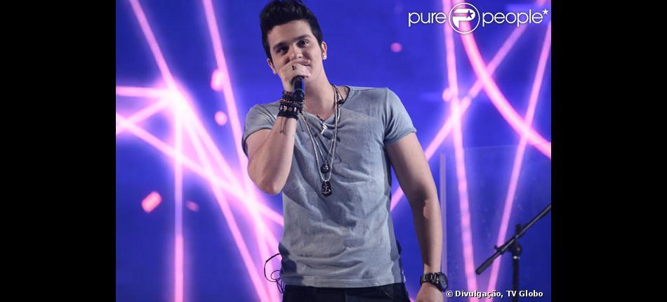 Luan Santana faz sua estreia como apresentador na TV Globo durante gravação do programa 'Sai do Chão' no dia 19 de novembro de 2013
