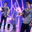 Luan Santana usa vários acessórios para compor o seu visual na gravação do programa 'Sai do Chão', da TV Globo