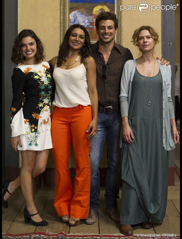 Isis Valverde e Cauã Reymond aparecem separados por Dira Paes e Patricia Pillar em fotos de divulgação da minisséria 'Amores Roubados'
