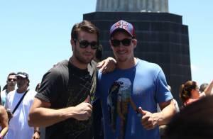 Joshua Bowman posa para fotos com amigo durante visita ao Cristo Redentor, no RJ