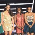 Simone Biles e as atletas da ginástica artistica subiram ao palco para entregar o troféu de melhor artista feminino para Beyoncé