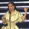Rihanna ganhou o prêmio honorário Michael Jackson Video Vanguard das mãos de Drake
