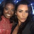 Simone Biles aproveitou para tietar Kim Kardashian na platéia. A atleta da seleção americana de ginástica artistica publicou uma selfie em seu Instagram com a socialite
