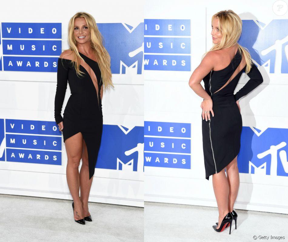 Britney Spears usou em um pretinho assimétrico e com transparência frontal assinado por Julien MacDonald