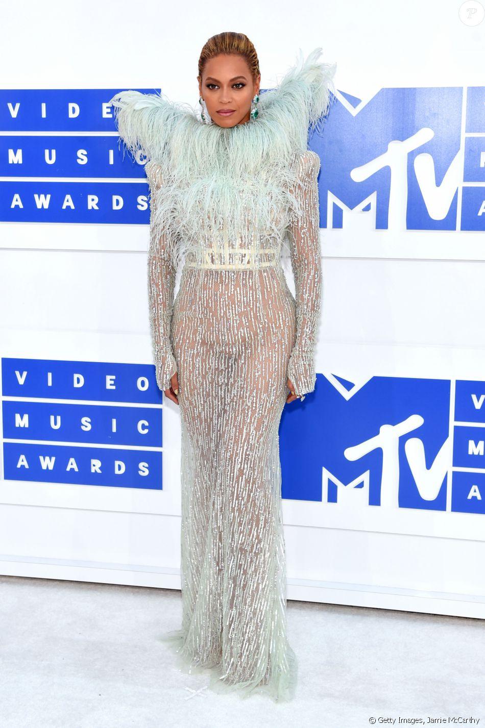 4150b0602b Beyoncé Knowles exibiu suas curvas em um vestido longo em um tom de verde e  plumas
