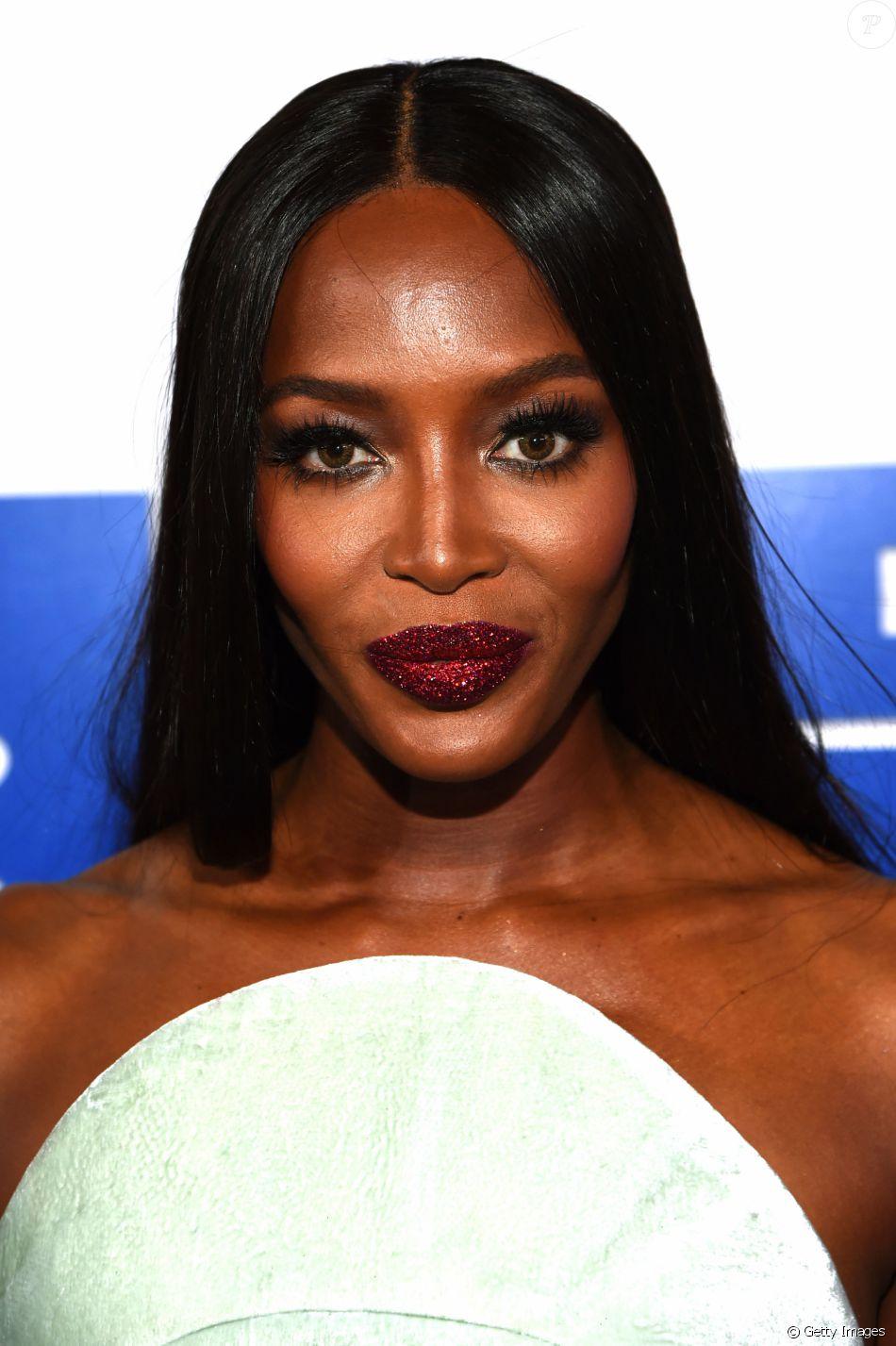 Top model chamou a atenção pela maquiagem com batom vermelho repleto de purpurina