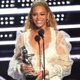 Para receber o  o prêmio de melhor vídeo do ano, Beyoncé usou um vestido longo de manga comprida rendado, exibido um generoso decote e transparência na renda